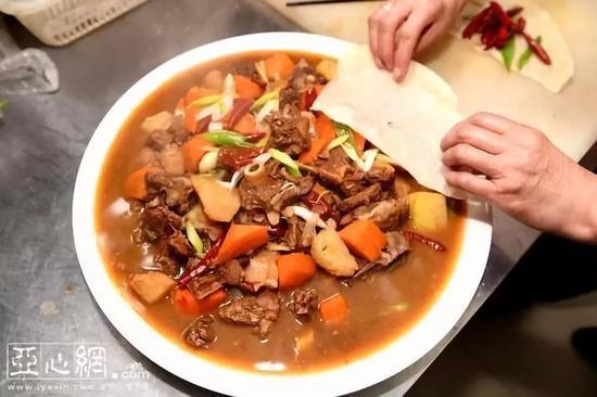 (一碗汤饭的另一特色——羊肉焖饼看上去也非常诱人)