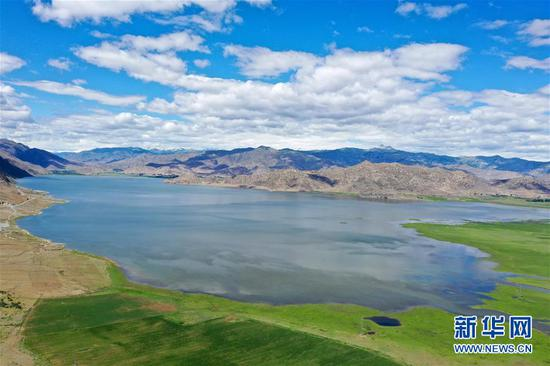 这是6月7日拍摄的新疆可可托海世界地质公园伊雷木湖景区(无人机照片)。新华社记者 丁磊 摄