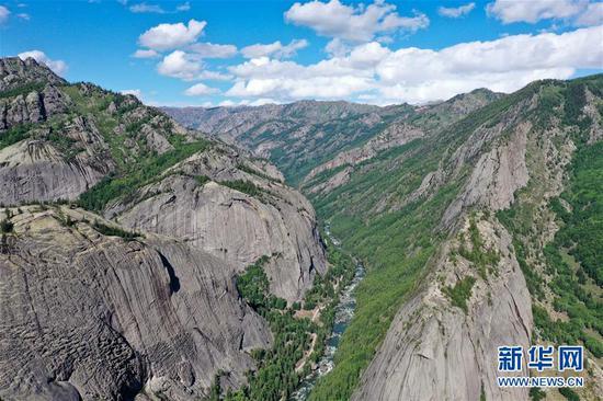 这是新疆可可托海世界地质公园额尔齐斯大峡谷(6月7日摄,无人机照片)。新华社记者 丁磊 摄