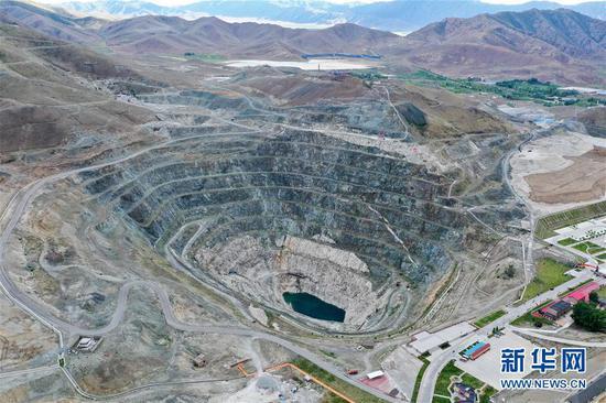 这是6月7日拍摄的新疆可可托海世界地质公园三号矿景区(无人机照片)。新华社记者 丁磊 摄