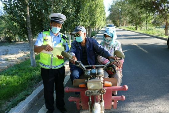 吉木萨尔县交警进村入户开展交通安全宣传活动