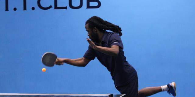 牙买加选手少女感十足的击球姿势