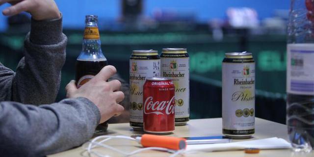 欧洲球迷看砂板乒乓球比赛的标配——啤酒