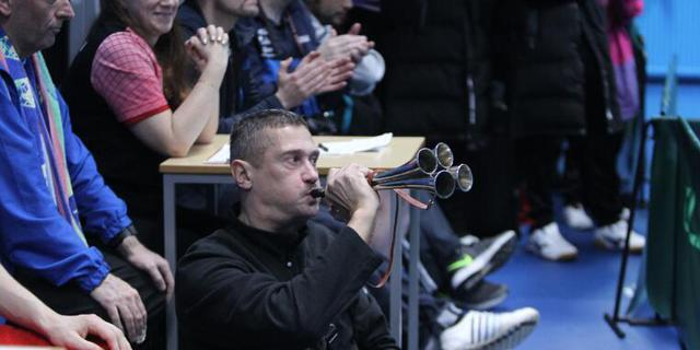 吹喇叭助威的德国啦啦队队员