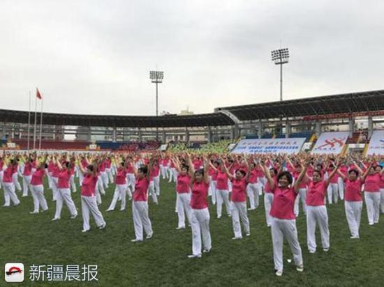 新疆中青旅老年文化俱乐部成员表演《中国人宣言健身操》
