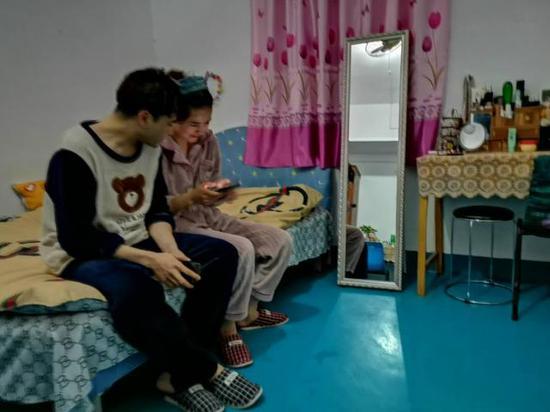 3月2日晚上,艾尼瓦江·肉孜和妻子正准备给孩子打电话。