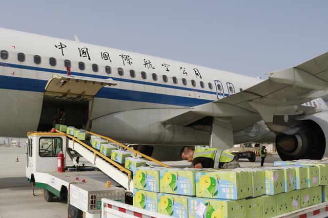 库尔勒香梨号空运专班首发60吨鲜果飞往内地