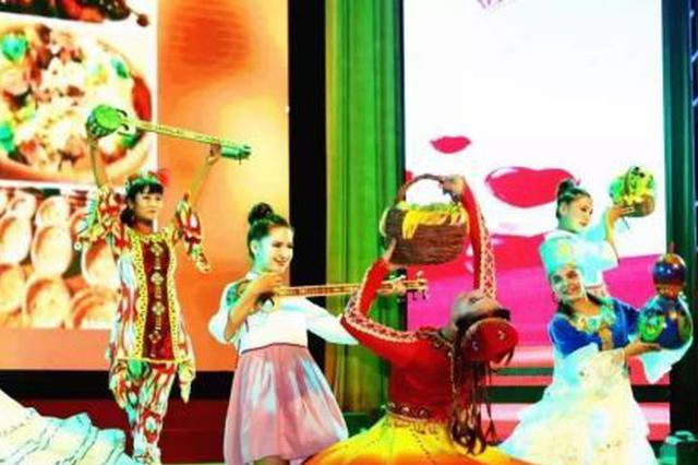 新疆库车县 千人共享月饼馕万人同跳篝火舞