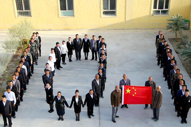 新疆各地举行升国旗仪式 庆祝新中国成立69周年