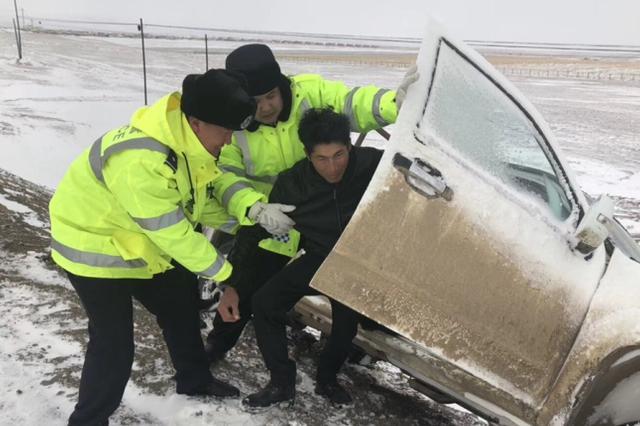 裕民县交警风吹雪中艰难徒步数小时寻找被困群众