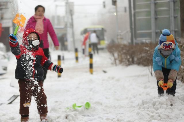 周末遇上下雪天,乌鲁木齐的孩子最开心