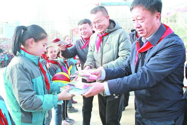 建行新疆区分行联合企业开展助学捐赠活动