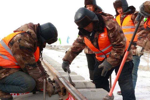 铁轨铺到若羌县车站 格库铁路提前完成年度铺轨任务