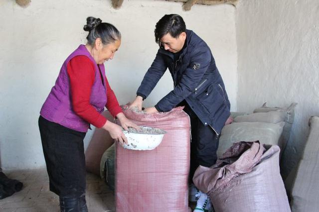 """和布克赛尔县:200吨牲畜""""口粮""""运到村民家"""