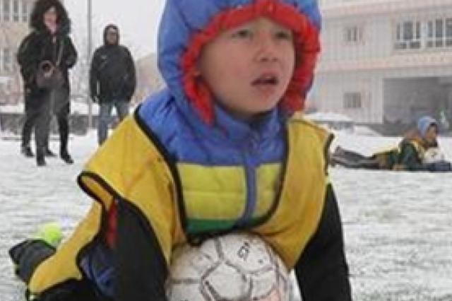 冰天雪地里,新疆足球小子为梦想奔起来