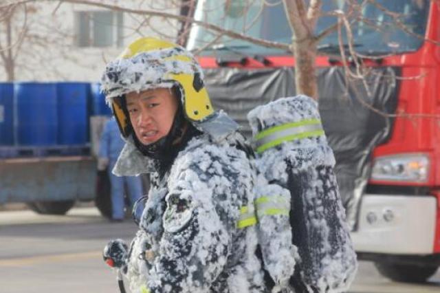 """消防员实战演练完身挂冰霜变""""冰甲战士"""""""