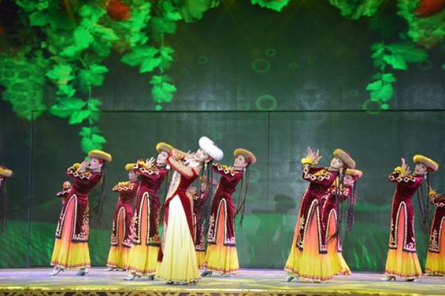 """打起手鼓唱起歌新疆冰雪旅游体验团变身""""逛吃""""达人!"""