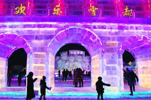 【高清组图】阿勒泰市冰雪大世界灯光璀璨醉游人