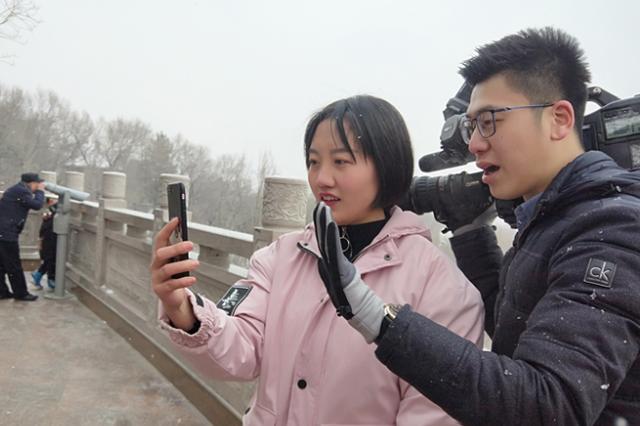 重庆游客开视频为闺蜜直播在红山公园过小年