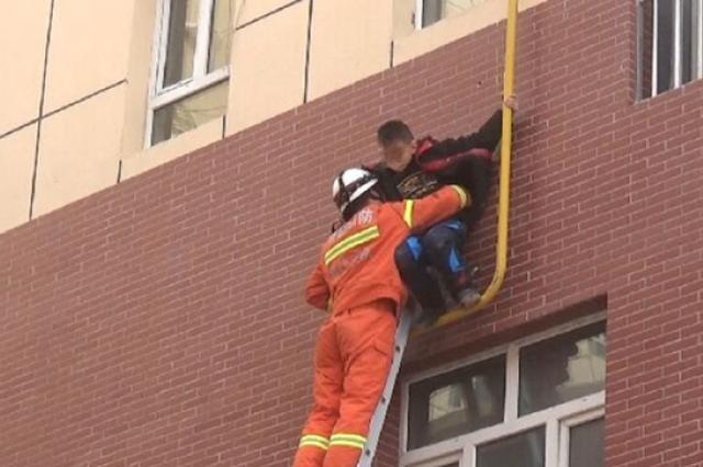 """模仿""""蜘蛛侠""""8岁男孩翻窗沿天然气管道徒手爬下被困"""