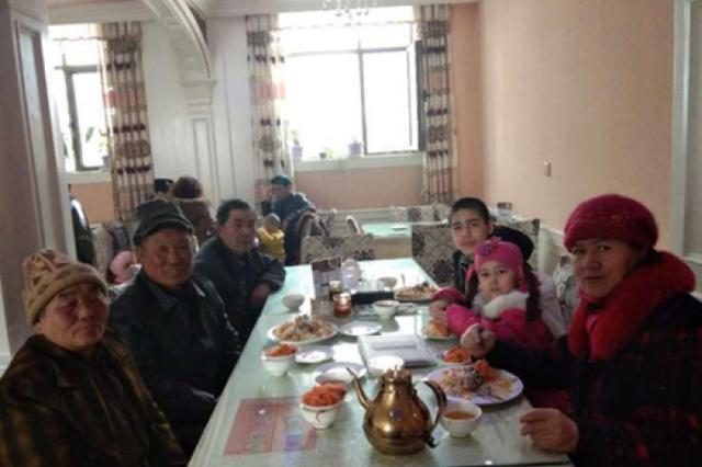 河南老夫妇来新疆十年,认了一个儿子,多了一个家