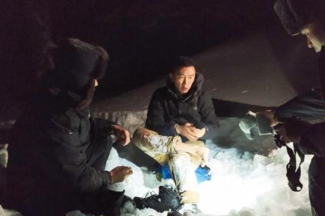 为救他,阿勒泰民警寒夜在半米深积雪里徒步12公里
