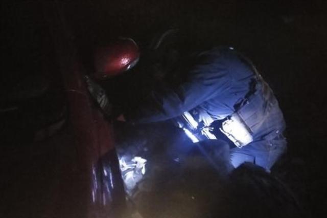 零下17℃跳入冰坑救援 寒夜里温暖了被困司机