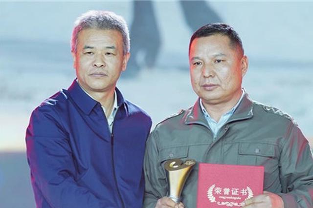 26年默默守护胡杨林 来自新疆的他感动了无数人
