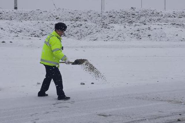 风雪阻挡回乡路,糟心!新疆交警保通行,暖心!