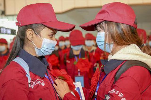 新疆和田500余名农民工免费乘包机外出务工