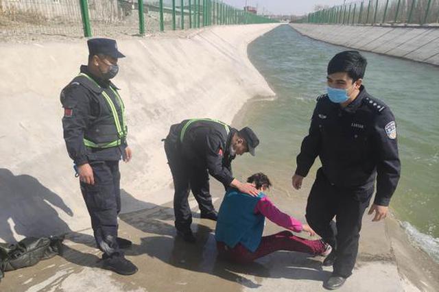 库尔勒市:老人不慎落水 民警紧急救援