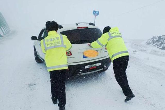风雪阻路 新疆交警雪中送暖