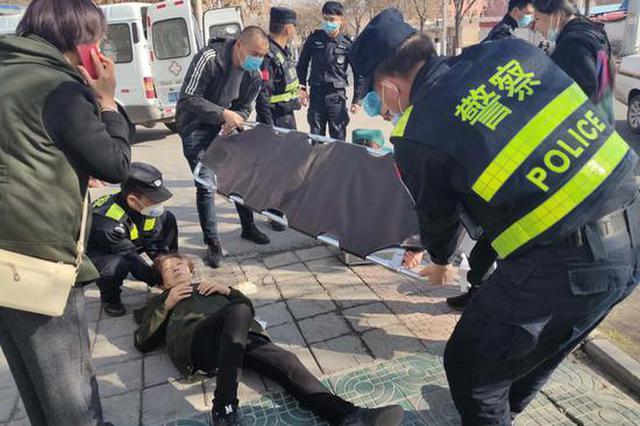 七旬老人意外摔倒 民警救助暖人心