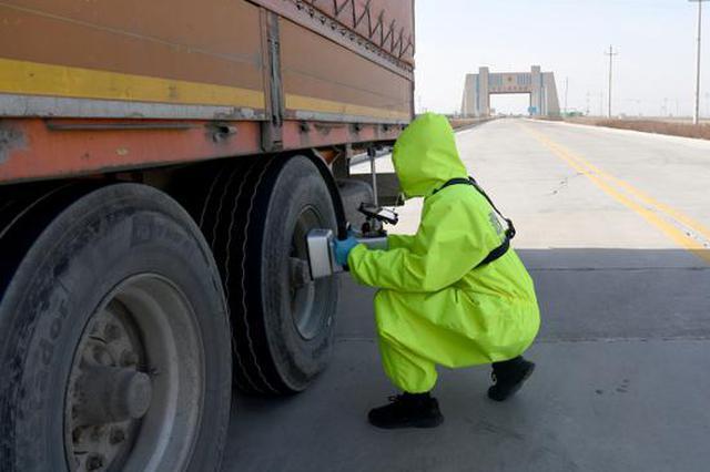 新疆阿拉山口边检民警应对恶劣天气保障出入境货车通关