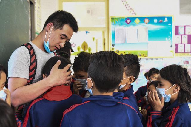 """""""支""""短情长:新疆支教老师与学生的重逢"""