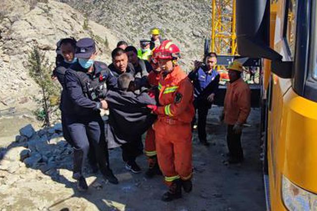 新疆阿勒泰:货车坠落山谷 民警紧急救援