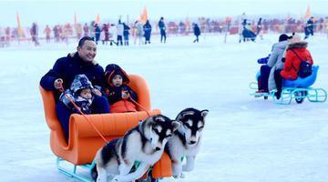 博湖县:冰雪季火热来袭 游客尽享冰雪乐趣
