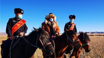 新疆吉木乃:牧民转场忙 民警保平安