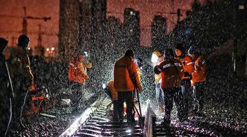 """为线路""""强身健体"""" 新疆铁路职工夜战风雪"""