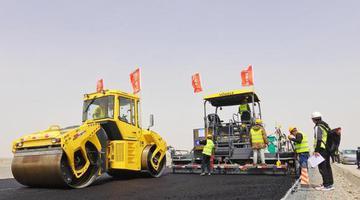 新疆若民高速路面施工完成近半