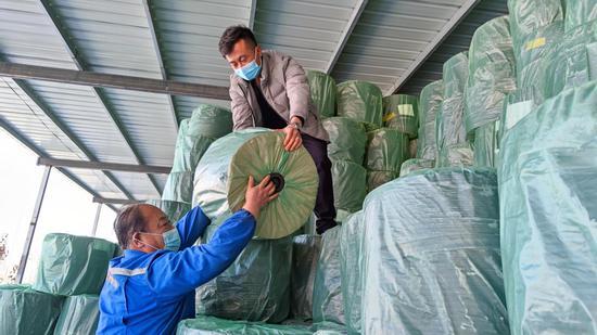 吉木萨尔县庆阳湖乡:滴灌带厂生产忙 春耕春播有保障
