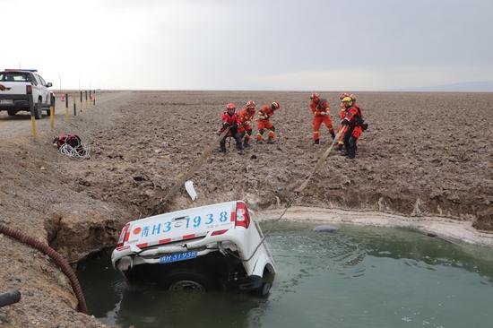 青海海西:车辆落水亟待救援,茫崖消防紧急出动