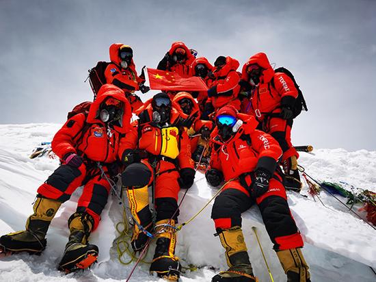 比登顶珠峰更险的路是勇士为他人走过的路