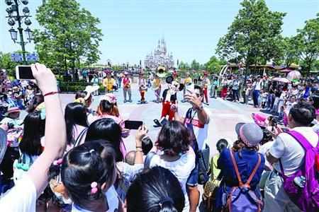 黄牛说,外地赶来、仅有1天时间游玩的游客,以及带小孩的家庭,更愿意花钱买快通证。/晨报记者郁文艳