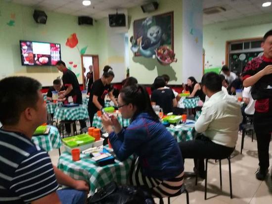 图为海底捞红庙店,晚上9点多,大量顾客在排队等位
