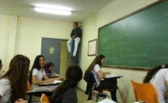 囧哥:幸亏毕业早!现在学校给父母看娃班里实时监控了图片