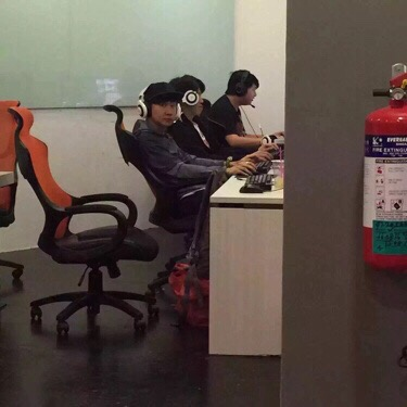囧哥说事:网瘾憋坏林俊杰!新加坡大断网,他去网吧打Dota图片