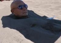 囧哥:什么偶像剧!《火影》作曲者在海边裤子被偷,让施瓦辛格救了