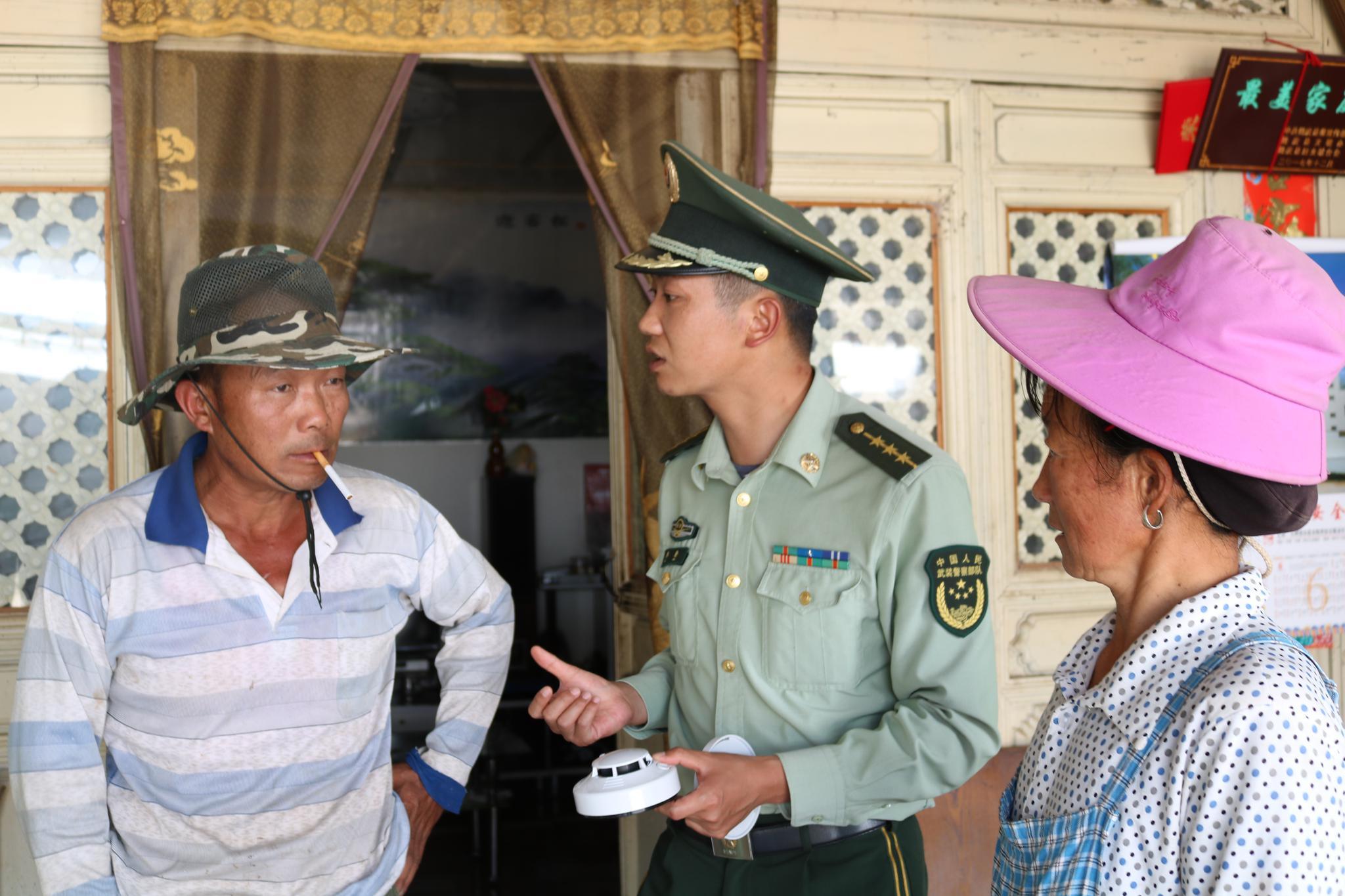 云南鹤庆消防为独居老人安装火灾探测报警器
