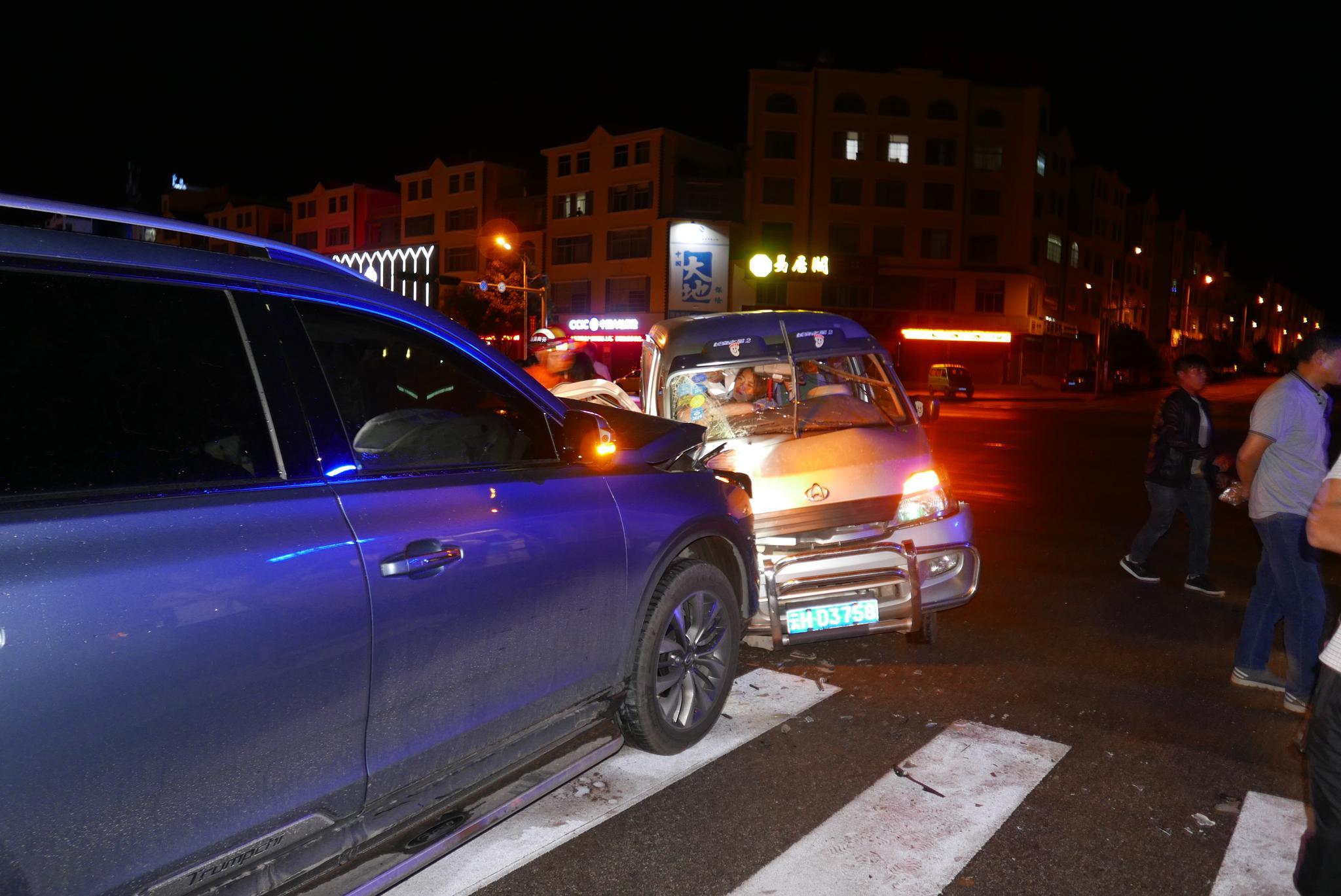 三车连环相撞 一女子被困副驾位动弹不得